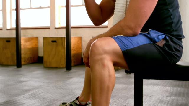 vidéos et rushes de fit homme buvant un milk-shake protéiné dans la salle de sport - protéine