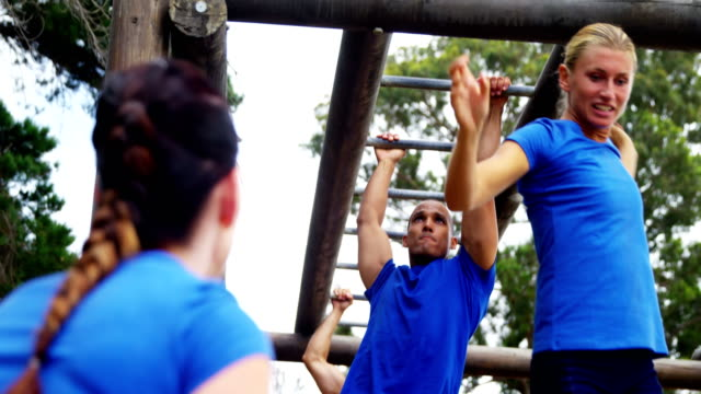 fit people climbing monkey bars 4k - 30 39 лет стоковые видео и кадры b-roll