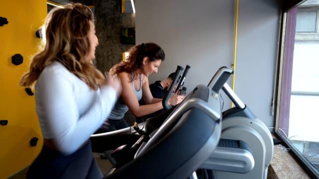 Fit Leute, die im Fitnessstudio Cardio machen – Video