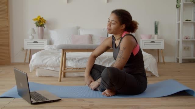 stockvideo's en b-roll-footage met fit woman consulting met fitness trainer online - fitnessleraar
