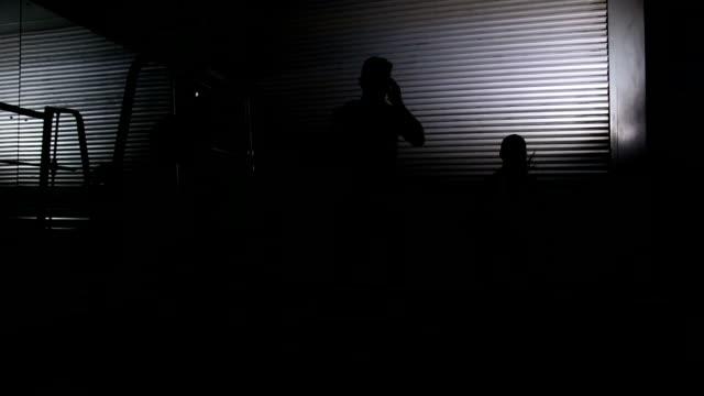 Fit Frau mit trainer Bei den box jumps – Video