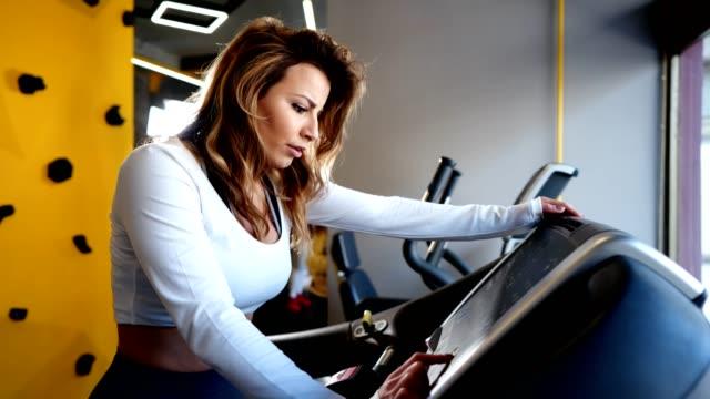 Fit Frau, die im Fitnessstudio Cardio macht – Video