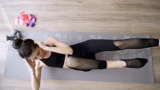 fit kvinna gör lägre abs intensiv träning, konditionsträning - working from home bildbanksvideor och videomaterial från bakom kulisserna
