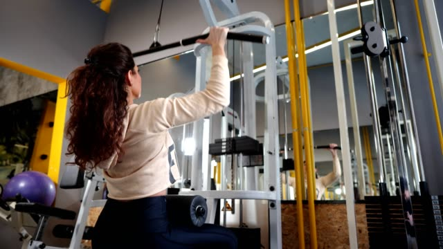 Fit Frau trainiert im Fitnessstudio – Video