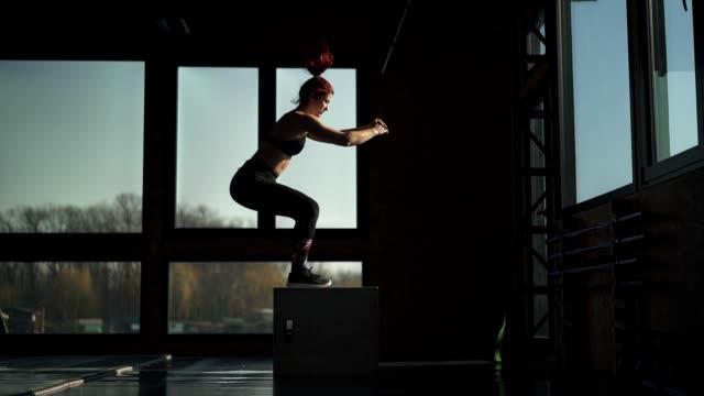 ジムで運動するフィット女性 - クロストレーニング点の映像素材/bロール