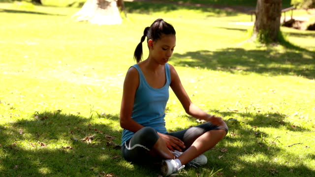 fit woman stretching in the park - djurarm bildbanksvideor och videomaterial från bakom kulisserna