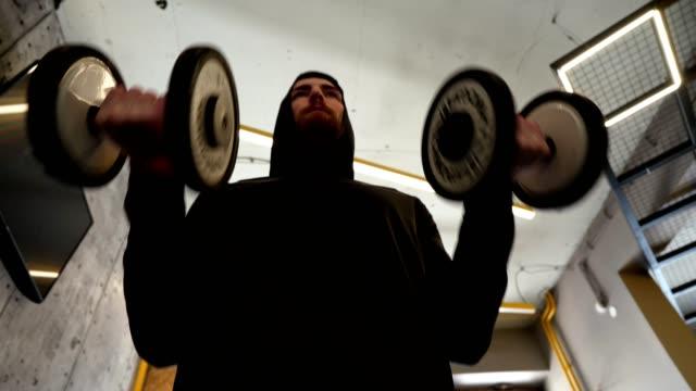 Fit junger Mann trainiert in der Turnhalle – Video