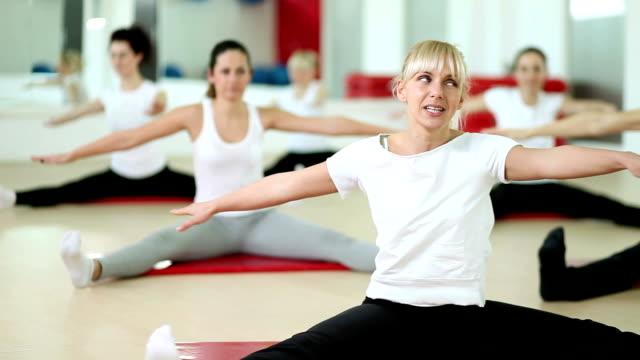 fitness training - fitnesskurs stock-videos und b-roll-filmmaterial