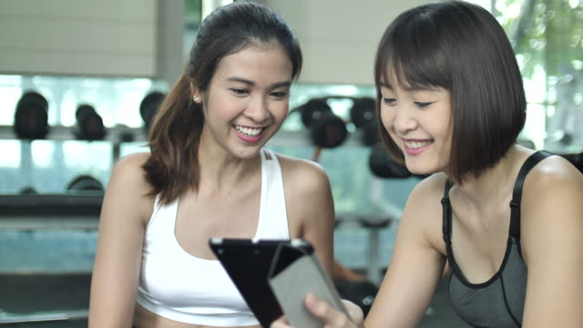 Fitness instructor  adviser her customer about training class