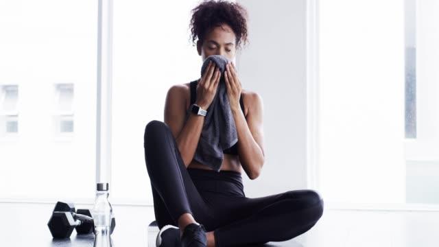 fitness är ett livstids åtagande - black woman towel workout bildbanksvideor och videomaterial från bakom kulisserna