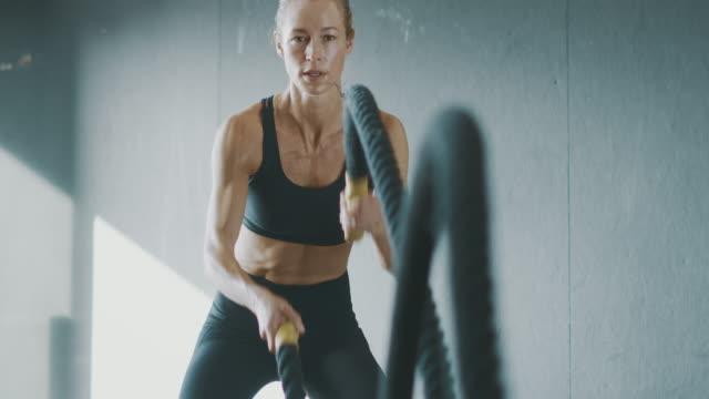 fitness är hennes passion - endast unga kvinnor bildbanksvideor och videomaterial från bakom kulisserna