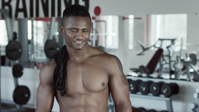 fitness man siktar gest och leende - gym skratt bildbanksvideor och videomaterial från bakom kulisserna