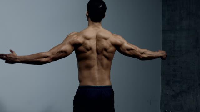 Fitness modèle affichant des Muscles dorsaux - Vidéo