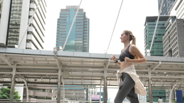 fitness runner running in the city - reggiseno sportivo video stock e b–roll