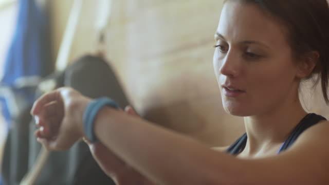 fitness tracker - computer indossabile video stock e b–roll