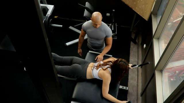 Mujer de ayudar a entrenador de fitness con formación - vídeo