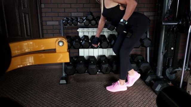 fitness-frau übung mit hanteln - verbogen stock-videos und b-roll-filmmaterial