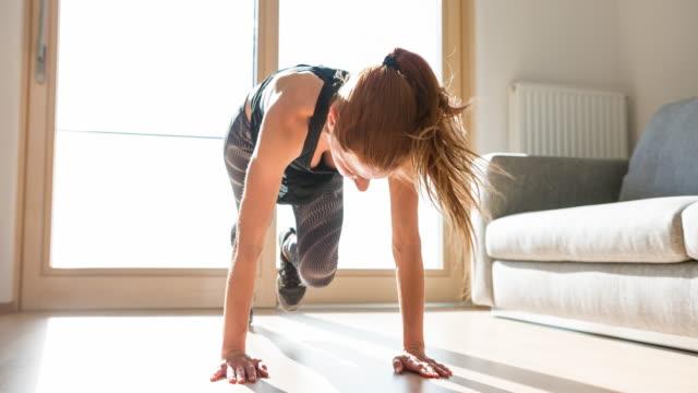 fitness kvinna gör bergsklättrare övning hemma - hemmaträning bildbanksvideor och videomaterial från bakom kulisserna