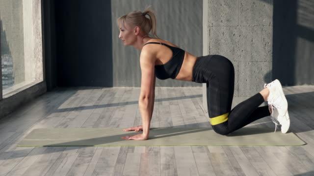 fitness frau verwendet elastisches band für den sport - rebellion stock-videos und b-roll-filmmaterial