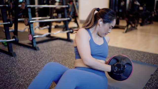 ジムでコア筋肉に取り組むフィットネスの女性 - 人の筋肉点の映像素材/bロール