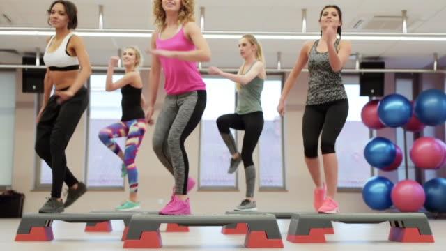 フィットネス ジム セッション後女性一体高 fiving - 有酸素運動点の映像素材/bロール