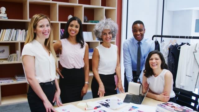 vidéos et rushes de cinq collègues souriant à la caméra dans un bureau - mode bureau