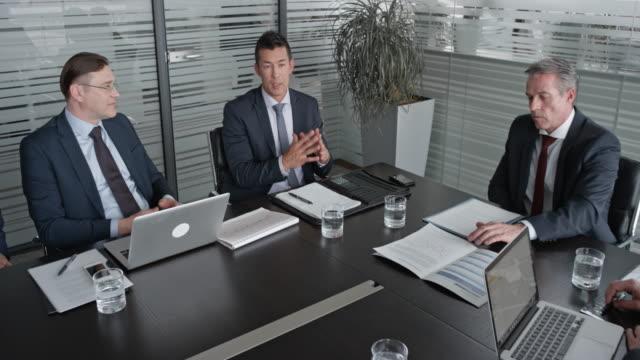 vídeos y material grabado en eventos de stock de cs cinco directores en una reunión con el director general en la sala de conferencias - zoom meeting