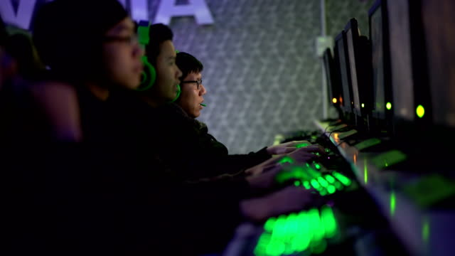 stockvideo's en b-roll-footage met vijf gamers team in een rij spel internetcafé - sportwedstrijd