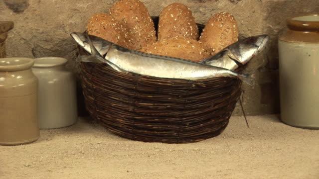 5 loaves & 두 고기잡이, 성경 스토리 miracle - 식빵 한 덩어리 스톡 비디오 및 b-롤 화면