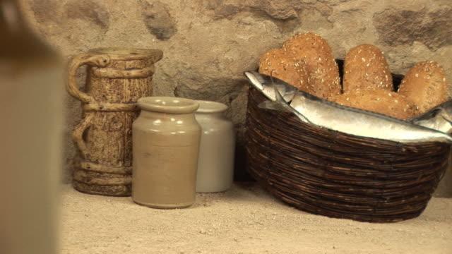 5 loaves & 두 고기잡이, 성경 스토리 - 식빵 한 덩어리 스톡 비디오 및 b-롤 화면
