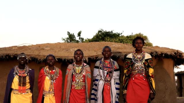 fünf massai-frauen singen und tanzen in einem dorf in der nähe von maasai mara - stamm stock-videos und b-roll-filmmaterial