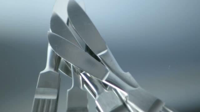 vidéos et rushes de cinq scalpels tournant sur miroir - lame