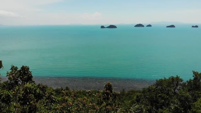 穏やかな水面の5姉妹諸島。魅惑的な風景、緑と深い穏やかな水、サムイタイ。リラックス旅行休暇ホリデーリゾートのコンセプト。バードアイパノラマ空中ドローントップビュー - サムイ島点の映像素材/bロール