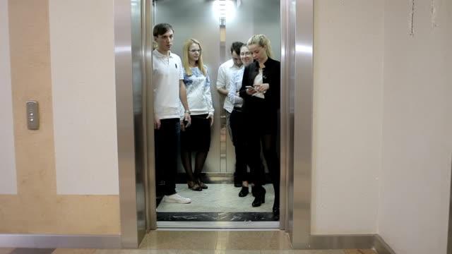 Fünf Arbeiter in den Aufzug – Video