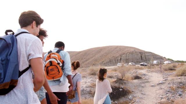 パーム ・ スプリングスの砂漠のハイキング若い大人 5 人ショットに従ってください。 - 対面点の映像素材/bロール