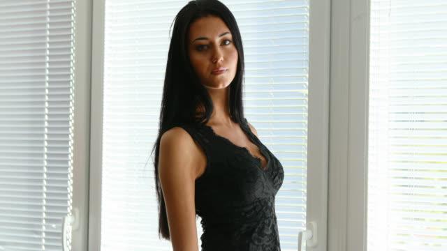 vídeos de stock e filmes b-roll de fixed side view of a sexy long haired woman - cabelo preto