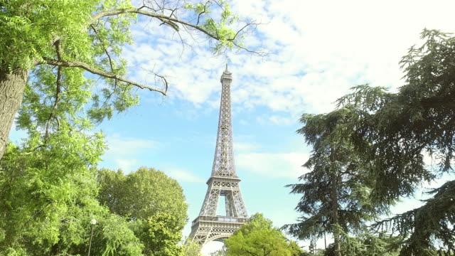 Vue fixe de la Tour Eiffel à travers les arbres (Paris) - 4K - Vidéo