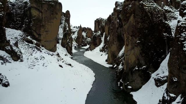 vídeos de stock, filmes e b-roll de fjadrargljufur canyon em islândia - erodido