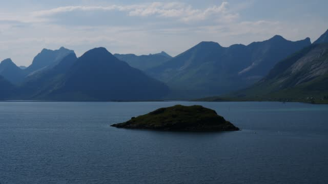 vídeos de stock e filmes b-roll de fjord and mountains landscape. lofoten islands norway - reine