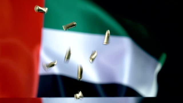 ağır hareket içinde düşen mermi arkasındaki bae bayrağı - uae flag stok videoları ve detay görüntü çekimi