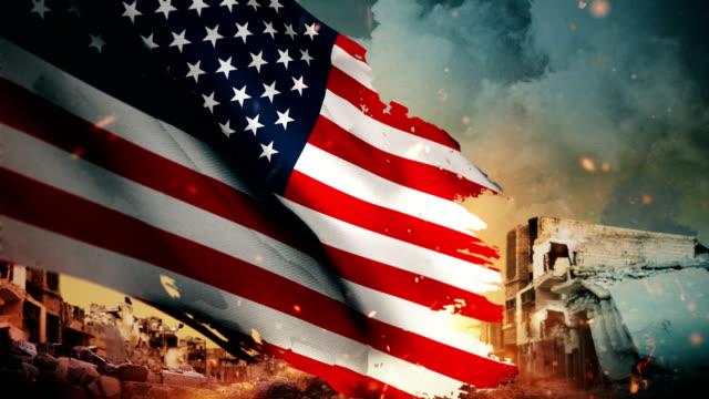 4 k 미국 플래그-위기 / 전쟁 / 화재 (루프) - american flag 스톡 비디오 및 b-롤 화면