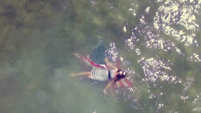 vidéos et rushes de drapeau des états-unis dans l'eau - allongé sur le dos