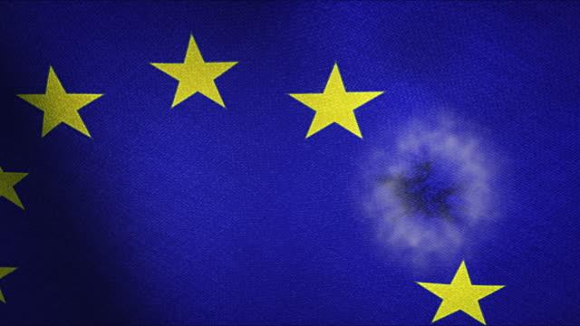 eu flagga makro med en av de stjärnor exploderar - brexit bildbanksvideor och videomaterial från bakom kulisserna
