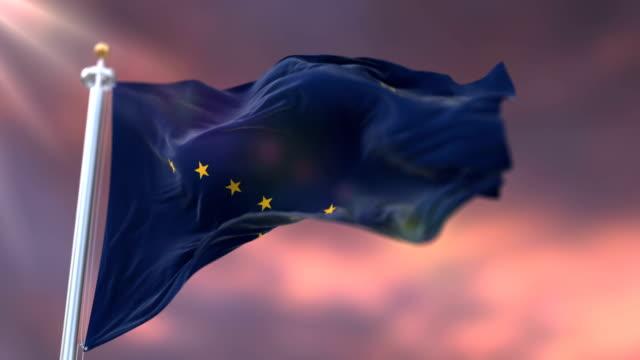 vidéos et rushes de drapeau de l'état de l'alaska, région des états-unis, agitant au coucher du soleil-boucle - alaska état américain