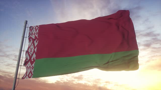 vídeos de stock e filmes b-roll de flag of belarus waving in the wind, sky and sun background - bielorrússia