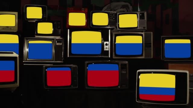 colombias flagga på retro tv-skärmar. zooma in. - colombia bildbanksvideor och videomaterial från bakom kulisserna