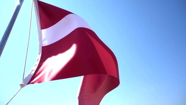 vídeos de stock e filmes b-roll de bandeira da letónia - letónia