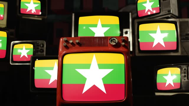bandiera del myanmar sulle televisioni vintage. - naypyidaw video stock e b–roll