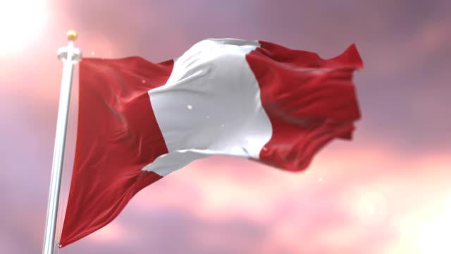 Bandera del Peru ondeando en el viento al atardecer en bucle lento, - vídeo