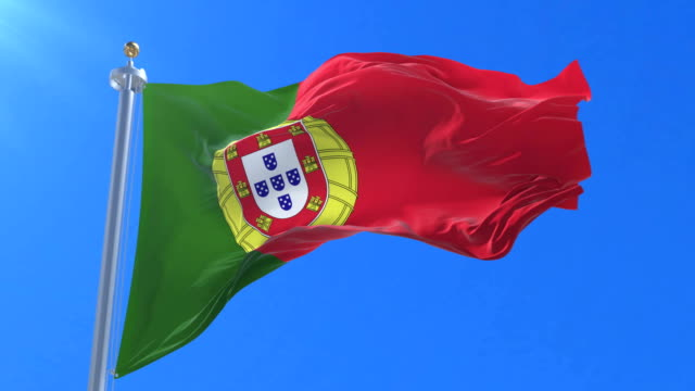 vídeos de stock e filmes b-roll de flag of portugal waving at wind in slow with blue sky, loop - portalegre
